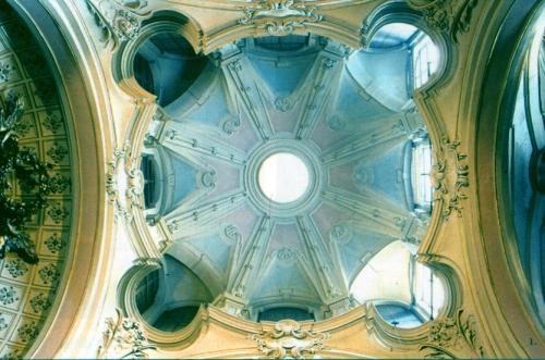 La luce penetra nell'abside attraverso le aperture nel cornicione superiore